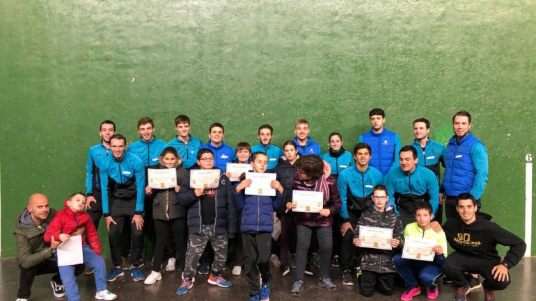 Jóvenes de ANA con los diplomas entregados por los alumnos de Foro Eoropeo